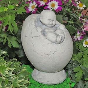 Baby im Ei, kleine Dekorationsfigur