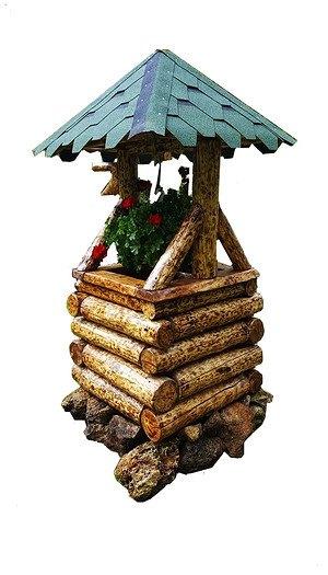 Dekorativer Holzbrunnen