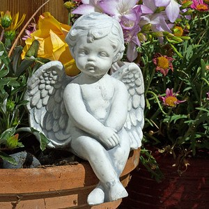 Engel als Kantenhocker