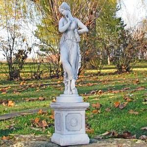 Statue auf Sockel