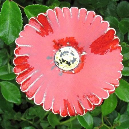 Gerbera, Blume aus Keramik auf Stele