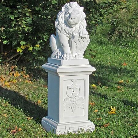 Löwe mit Wappen, rechtsblickend, auf großer Säule, 2-teilig
